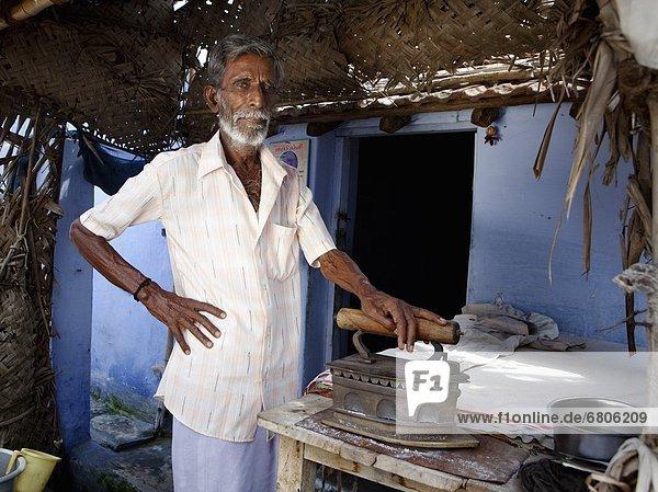 benutzen  Mann  Wärme  Indien  Eisen  Pressewesen  Presse  Tamil Nadu