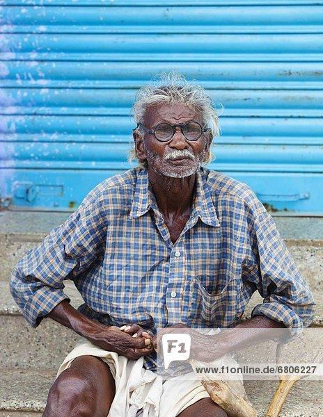 Stufe  sitzend  Mann  arbeiten  Beton  Indien  Tamil Nadu