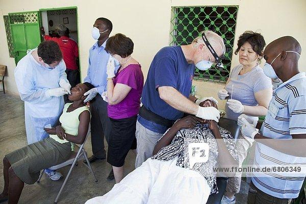 Zahnpflege  Armut  arm  arme  armes  armer  Bedürftigkeit  bedürftig  Mensch  Menschen  Freiwilliger  Zahnarzt  Ar  Zahnmedizin  Haiti  Hilfe