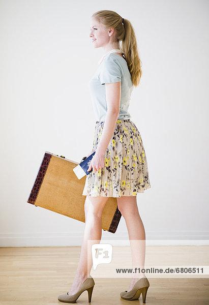 Frau  halten  Koffer