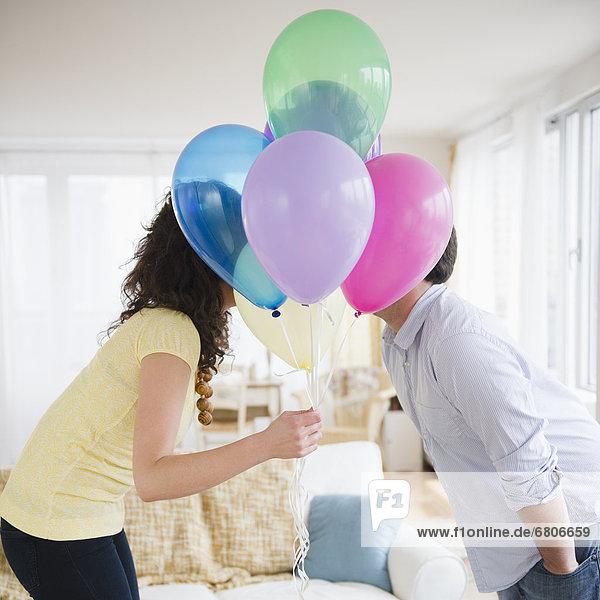 hinter  Farbaufnahme  Farbe  küssen  Luftballon  Ballon  Bündel