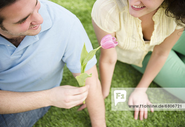 Paar sitzt on grass
