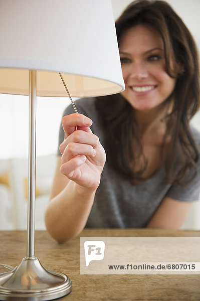 Frau  ziehen  Lampe
