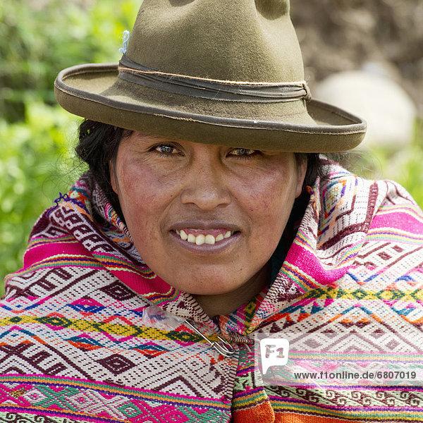 Farbaufnahme  Farbe  Portrait  Frau  Hut  Schal  Kleidung  Peru