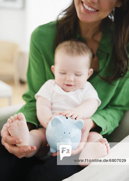 halten  Tochter  Mutter - Mensch  Baby  Bank  Kreditinstitut  Banken
