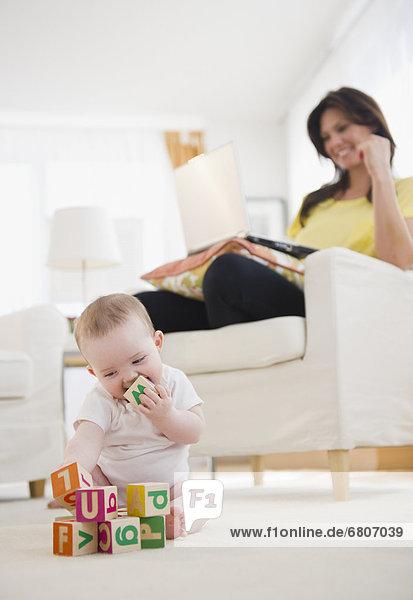 Mädchen  Baby  spielen