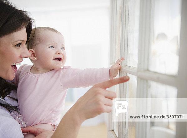 sehen  Fenster  blättern  Tochter  Mutter - Mensch  Baby