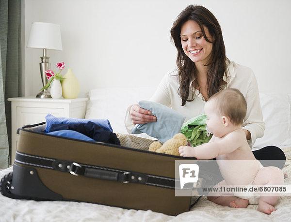 Koffer  verpacken  Tochter  Mutter - Mensch  Baby