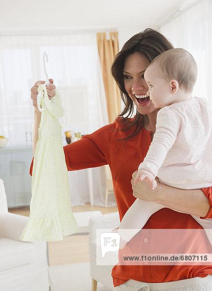halten  Tochter  Mutter - Mensch  Baby  Kleid