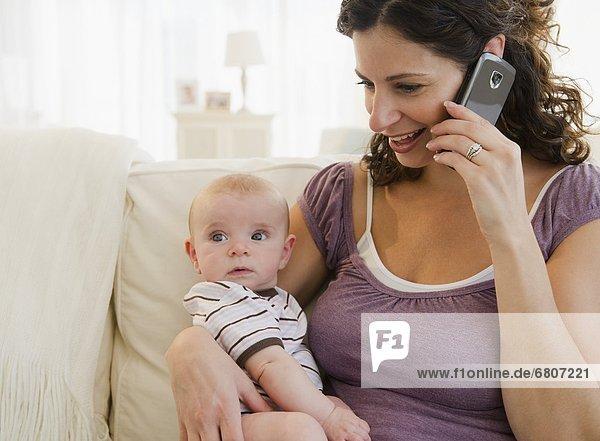 Handy  benutzen  Junge - Person  Kurznachricht  Mutter - Mensch  Baby