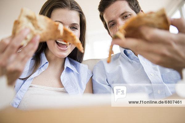 Fröhlichkeit  jung  Pizza  essen  essend  isst