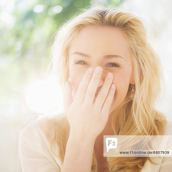 Porträt von lächelnde junge Frau mit blonden Haaren