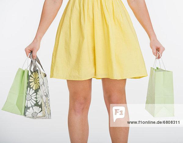 hoch  oben  nahe  Studioaufnahme  Frau  tragen  Tasche  kaufen