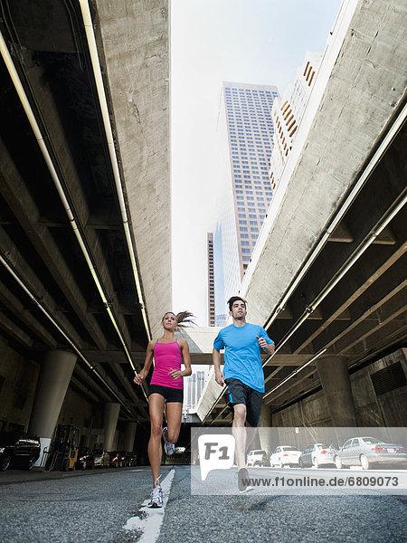 Vereinigte Staaten von Amerika USA junge Frau junge Frauen Mann Straße rennen Großstadt jung