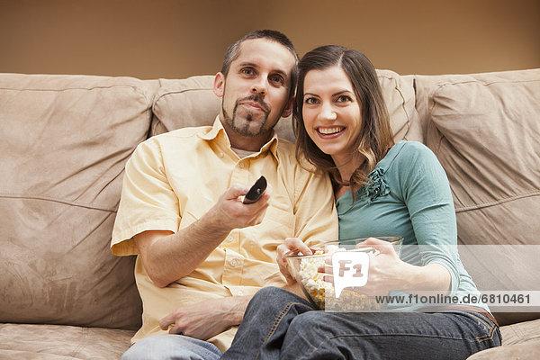sitzend  Überprüfung  frontal  Mittelpunkt  Ansicht  Couch  Erwachsener  Popcorn