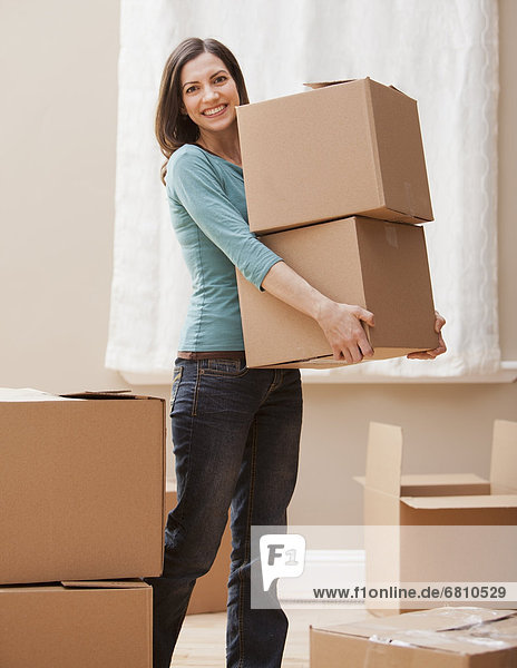 Frau  tragen  Mittelpunkt  Pappschachtel  Pappkarton  Erwachsener  Pappe