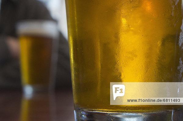 Zwei Gläser Bier auf Tabelle