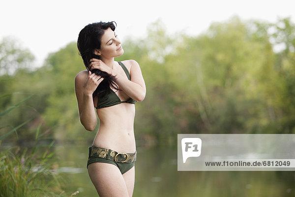 Wasserrand  stehend  Frankreich  Frau  Bikini  See  jung  Picardie