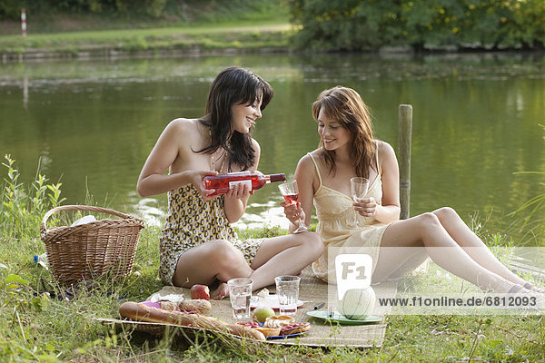 Frankreich  Frau  Picknick  jung  Seeufer  Picardie