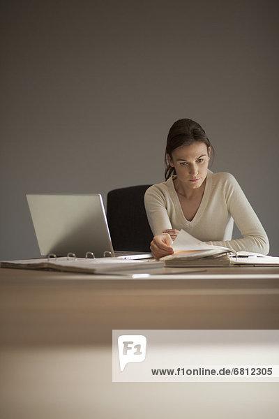 Junge Frau von zu Hause arbeiten