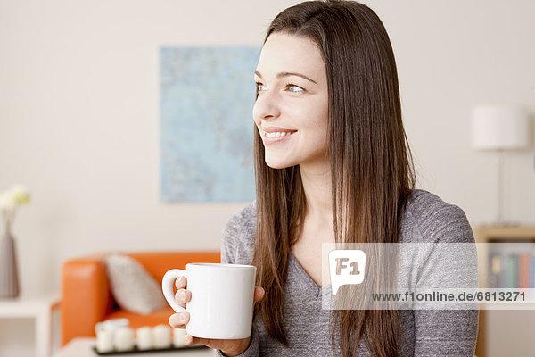 junge Frau junge Frauen Portrait Becher lächeln halten