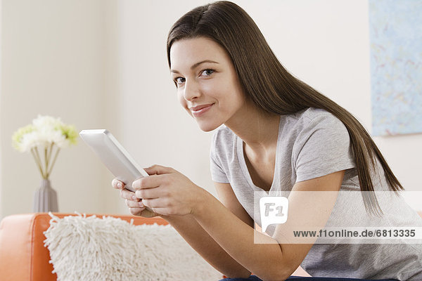 junge Frau junge Frauen benutzen Tablet PC