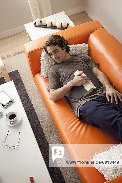 Junger Mann schlafen auf sofa
