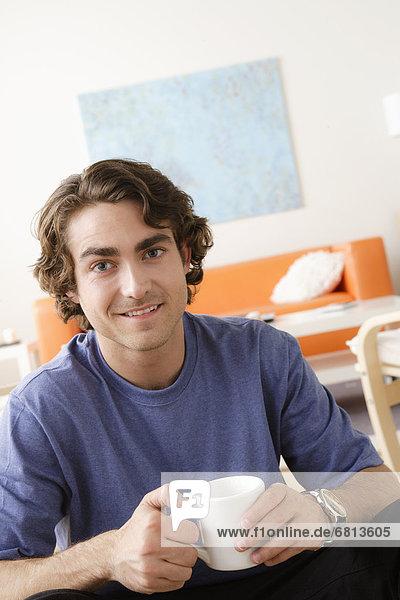 Portrait  Mann  Becher  lächeln  halten  jung