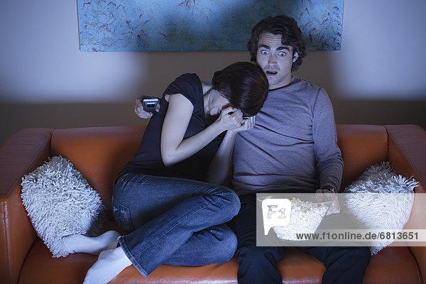 Junges Paar beim fernsehschauen