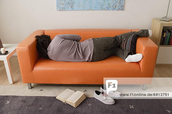 Mann schlafen auf sofa