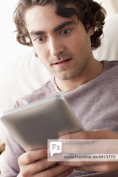 benutzen Mann Tablet PC