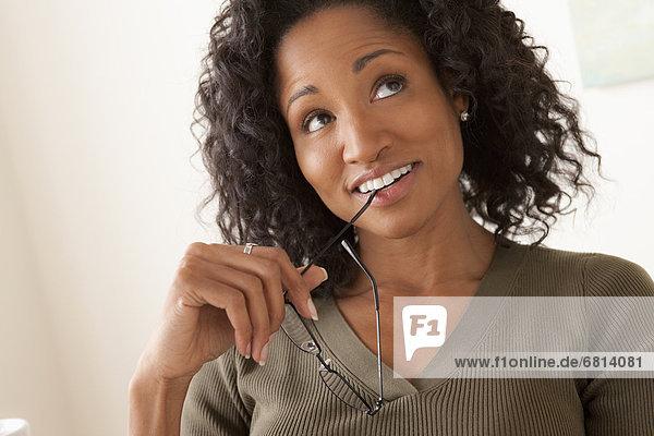 Portrait Frau lächeln halten Mittelpunkt Erwachsener
