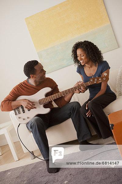 Mann Freundin Gitarre Elektrische Energie spielen