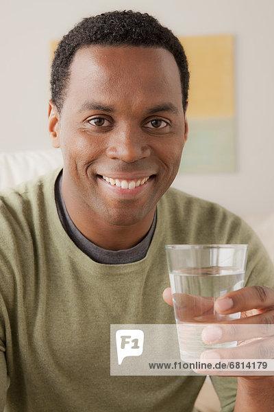 Wasser Portrait Mann Glas lächeln halten