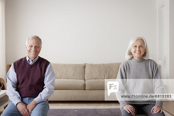 sitzend Senior Senioren Portrait Couch