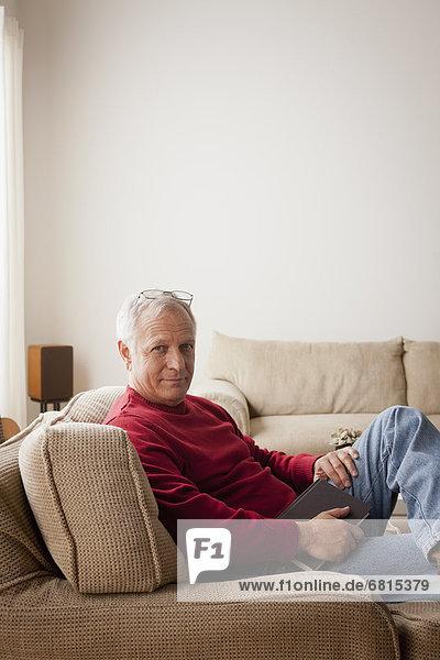 sitzend  Senior  Senioren  Portrait  Mann  Sessel