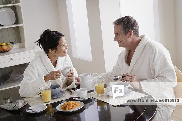 Paar dem Frühstück