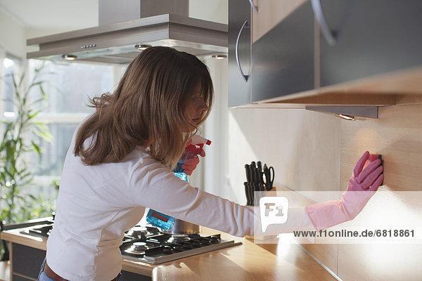 junge Frau junge Frauen Reinigung Küche