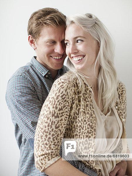 Fröhliches junges Paar umarmt sich