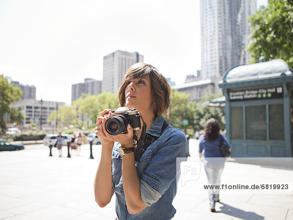 Frau , Fotografie , halten , jung , Fotoapparat,  Kamera