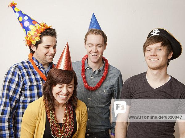 hoch  oben  Mensch  Menschen  Party  Hut  Kleidung  jung  schießen  Studioaufnahme