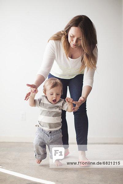 Stufe  Junge - Person  Hilfe  jung  Mutter - Mensch  Baby