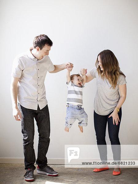 Junge - Person  heben  jung  Baby