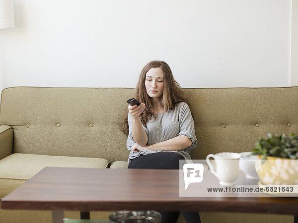 sitzend  Frau  Überprüfung  Couch  Langeweile  jung