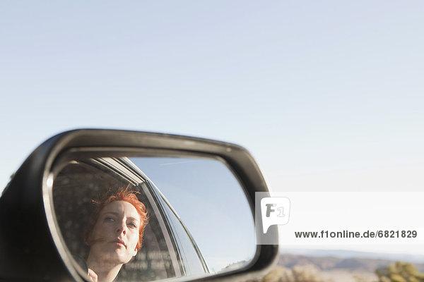 Frau  Auto  Spiegelung  jung