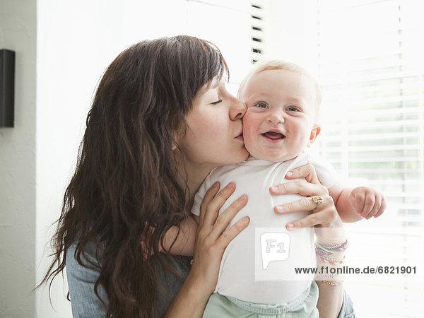 Junge - Person  küssen  jung  Mutter - Mensch  Baby