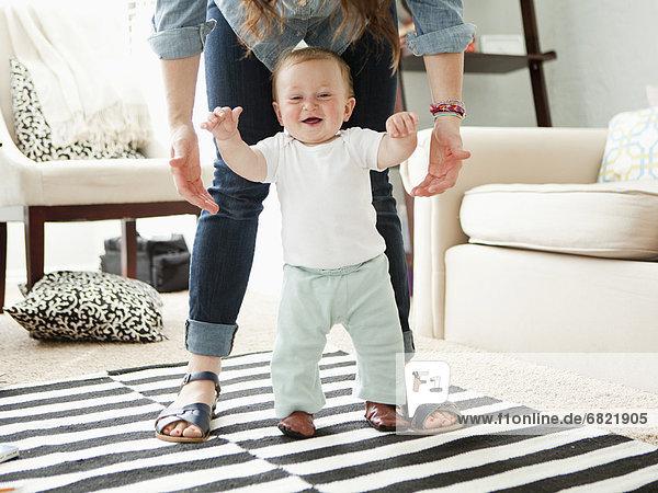 Stufe , Junge - Person , Hilfe , jung , Mutter - Mensch , Baby
