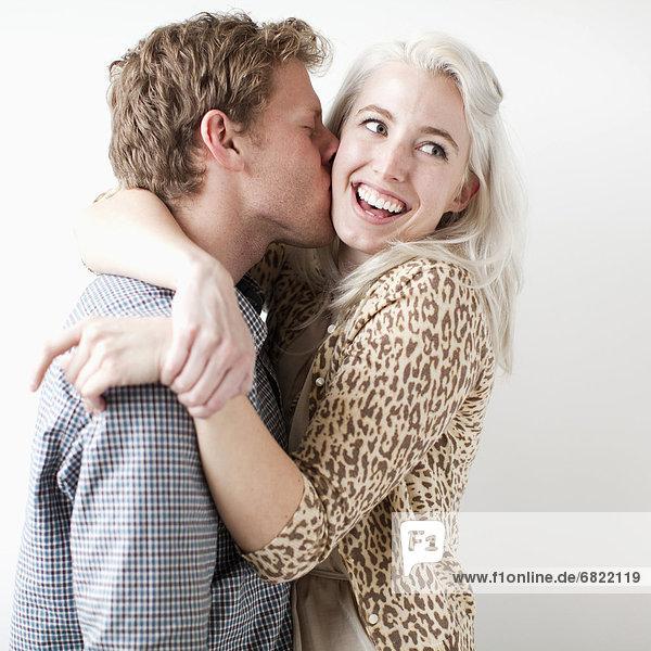 Fröhlichkeit  küssen  jung
