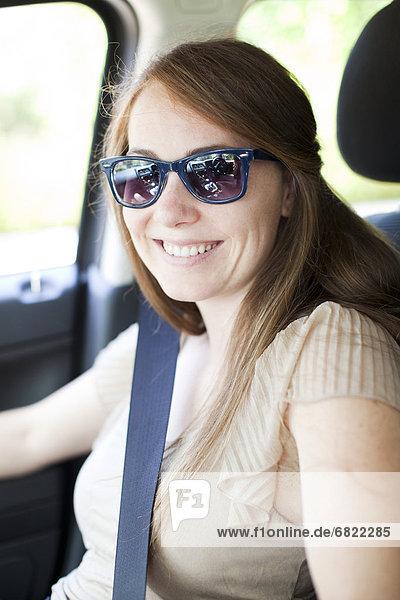 junge Frau junge Frauen Portrait Auto