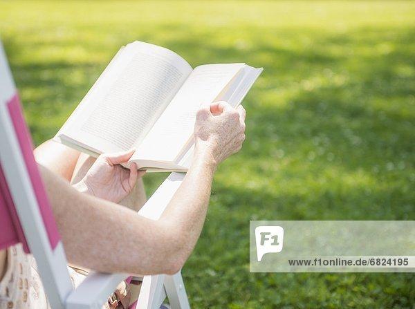 sitzend  Frau  Buch  Stuhl  Terrasse  Taschenbuch  vorlesen